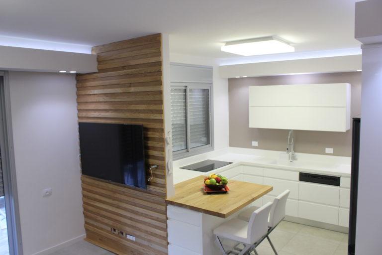 מטבח מודרני לבן בשילוב עץ
