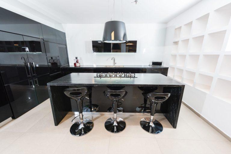 מטבח מודרני שחור פחם מבריק