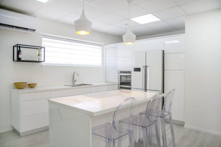 מטבח מודרני לבן מט עם אי