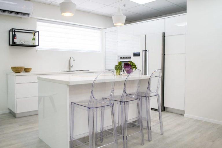 מטבח קטן מודרני לבן עם אי